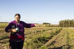 Amelia Collins/Amigos de la Tierra Internacional, Piedra Sola, Canelones, Uruguay. Graciela González es agricultora y delegada de la coordinación general de la Red Nacional de Semillas Nativas y Criollas. Forma parte de la cooperativa Calmañana y su principal área de trabajo es la producción de plantas medicinales y aromáticas. Graciela destaca la importancia de las mujeres en la protección de las semillas locales y la soberanía alimentaria, ya que las agricultoras son portadoras de la cultura de la producción y el procesamiento de alimentos.