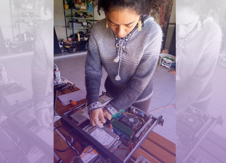 Sur la photo, Nikole Yanes travaille sur un hardware dans son bureau. « Nous avons besoin de plus en plus de femmes pour participer, qui veulent expérimenter, jouer, agir pour pirater le patriarcat », elle a déclaré dans l'interview.